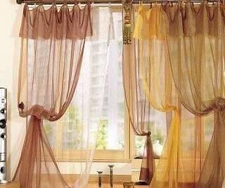 比如有色彩鲜明的风景画,或其他颜色浓艳的装饰物,家具等,若窗帘再