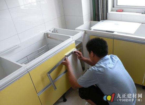 橱柜安装有不少细节需要做到位,粗心大意的安装往往会影响橱柜日后的使用情况和使用寿命。橱柜安装比较重要的细节有橱柜的测量、轨道的安装、搁架的安装和壁柜门的安装。 壁柜的测量:壁柜的柜体既可以是墙体,也可以是夹层,这样既保证有效利用空间,又不变形,但一定要做到顶部与底部水平、两侧垂直,如有误差,则要求洞口左右两侧高度差小于5mm,壁柜门的底轮可以通过调试系统弥补误差。 轨道的安装:做柜体时需为轨道预留尺寸,上下轨道预留尺寸为折门8cm、推拉门10cm。
