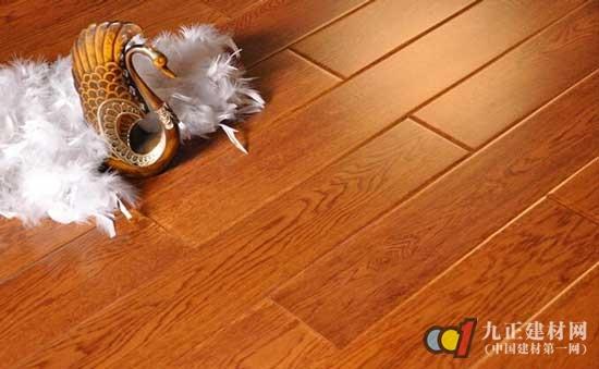 """实木复合地板十大品牌排名之一:圣象地板 圣象地板占据着地板行业的老大地位,隶属于圣象集团。圣象集团是中国品牌强中位列前茅的品牌。旗下的圣象地板也有中国环保产品、国家免检产品、中国驰名商标等多项荣誉。 实木复合地板十大品牌排名之二:安心地板 安心地板位于木地板之都南浔,从建厂之初到现在有20年,在全国有1200多家专卖店,安心地板作为环保地板的领导者,一直坚持""""品质就是生命,产品就是人品""""的生产理念,在南浔400多家木地板企业中,年销量占前三位。 实木复合地板十大品牌排名之三:菲林格"""