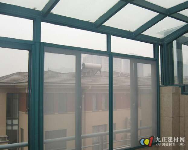 我们常见的纱窗有:推拉纱窗,平开纱窗,固定纱窗和隐形纱窗;隐形纱窗是我们用的较多的纱窗,它的特点:开关灵活、样式多变,适合用于各种窗形。我们的纱窗合作伙伴是中奥隐形纱窗。 1选购隐形纱窗要先看型材,现在市场主要分为铝合金和塑钢两种产品。塑钢型材的主要市场是工程,使用年限1年左右。铝合金型材市场分为工程和家装两方面,工程纱窗使用年限2年左右,家装纱窗使用年限5年左右。 注,(使用年限不是纱窗整体损坏,只是局部损坏。) 建议:业主在选够纱门窗时看一下铝合金的强度,因为在型材厚度有很大的区别。 2 隐形纱窗轴承
