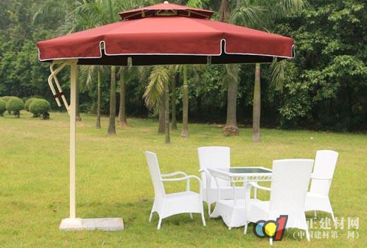 遮阳伞选购方法参考1 买遮阳伞时要注意伞里是否有个卷标写明这把伞是抗UV的,也就是这把伞真的可以防紫外线(一般的伞其实是抵抗不了紫外线的)。当然市面上也有卖兼具挡雨和抗UV的两用伞。通常卷标会缝在雨伞里靠骨架内侧的地方,或是在它的价格吊牌上就有标明抗UV作用。 在选择遮阳伞的时候要参照一下几点: 1、在选择伞面时,面料纺织明显稀疏的伞抗紫外线性能一般较差,消费者慎重购买。 2、织物由于具有缩水的特性,购买遮阳时,伞面宜大不宜小。 3、织物的颜色与紫外线护性能有关。在同等条件下,颜色越深的织物抗紫外线性能越