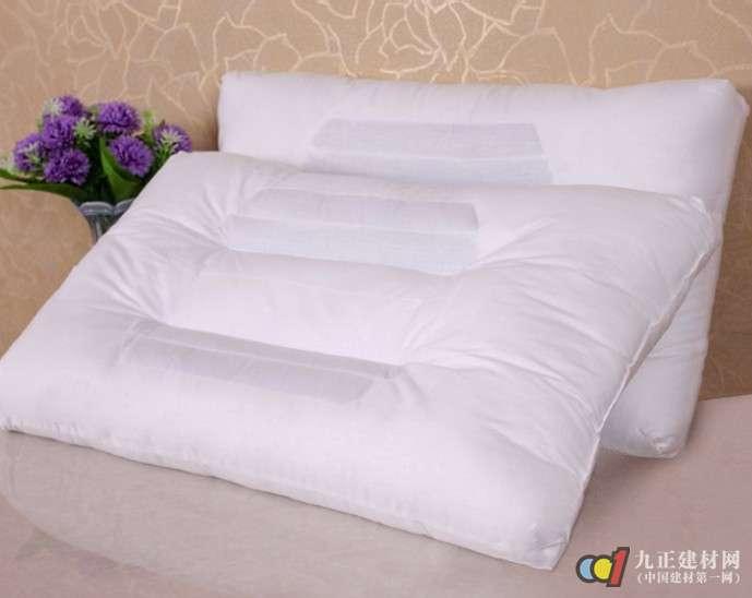 枕头的分类也五花八门,古人曾将枕头区分为冬枕、夏枕或软枕、硬枕,这一分类是非常符合养生之道的,夏天喜欢用凉爽的枕头,冬天追求温暖一些的枕头,有人喜欢较硬的枕头,而有人喜欢较软一些的枕头。现代人按照枕头功能的不同分为首枕、腰枕、靠枕、耳枕、膝枕等。而从枕芯材料上分类就更多了:玉、磁石等石类枕;檀木、柏木等木类枕;决明子、蚕砂、菊花等中药枕;棉花、习绒及各类化学纤维枕等软枕类,还有水枕、气枕、茶叶枕等枕头,适之宝的枕头世界,目前包括了12大类,50多类功能。这些枕头分别都在不同时代、以不同特点被人们所喜爱,其