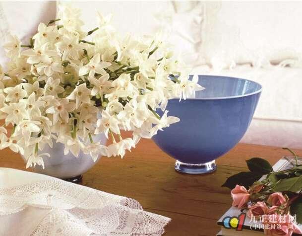 3、餐厅摆放鲜花原则 餐桌是大家用餐与交流的地方,花瓶的高度不宜太高,否则会影响到大家的视线。花瓶宜摆放于餐桌的中心,这样大家可以一边就餐一边赏识鲜花。 4、书房摆放鲜花原则 即便不插花,花瓶本身也能用来装点书房,不外就要根据房间和家具的外形、大小来选择。如书房较狭窄,就不宜选体积过大的品种,以免产生拥挤压抑的感觉,在适当的地方摆置精致小巧的花瓶,起到点缀、强化的装饰效果。而面积较宽广的书房则可选择体积较大的品种,如半人高的落地瓷花瓶、精心地配置几架彩绘玻璃花瓶,都能为夏日的书房平添一份清雅祥和的气氛。