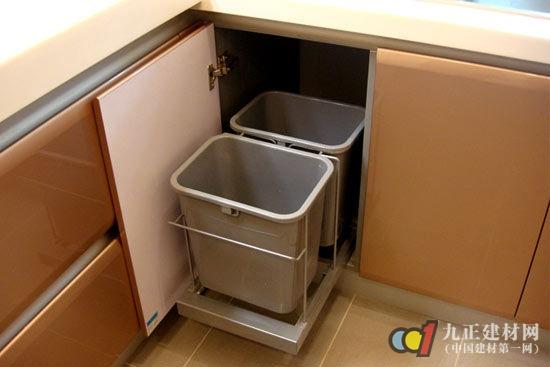 圾桶做成隐藏式的,藏在柜子里,一打开柜门就能看到.可是这样的
