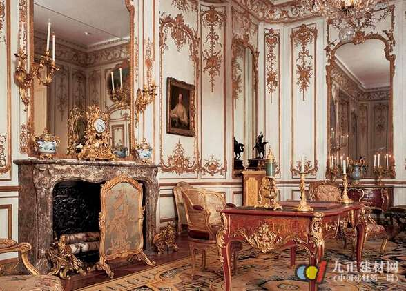 洛可可风格家具在18世纪30年代逐渐取代了巴洛克风格家具。它是在巴洛克家具造型装饰的基础上发展起来的,它用优美、柔婉的回旋曲线,精细、纤巧的雕刻装饰取代了巴洛克家具造型装饰中的追求豪华、故作宏伟的成分。再配以色彩淡雅秀丽的织锦缎或刺绣包衬,不仅在视觉艺术上形成高贵瑰丽的感觉,而且在实用与装饰效果的配合上也达到空前完美的程度,充分做到了艺术与功能的完美体现。路易十五式的靠背椅和安乐椅就是洛可可风格家具最好的说明。 洛可可家具的室内陈设和形式、室内墙壁的装饰完全一致,形成一个完整的室内设计的新概念。通常以优美
