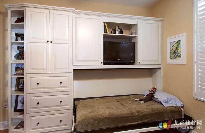 隐形壁柜床相比于沙发床等还要节约空间,因为沙发床即使缩小也是一个沙发,还是占用一定的空间的,隐形壁柜床完全将床垫隐藏起来,与壁柜一体,最大程度上节省空间。那么隐形壁柜床也不是随便就往哪个墙上一立就成了隐形,在安装设计中也要考虑到空间利用率,与其它家居之间的配合,风格是否相一致,这些都是有讲究的,所以要想安装更有效的隐形壁柜床,一定要掌握好隐形壁柜床的安装方法。 隐形壁柜床的安装方法要从以下几个方面考虑,这样在设计之初时就把一切都考虑到,就会把设计做的更巧妙,将床安装的更隐形,更节省空间。 第一就是要做个整