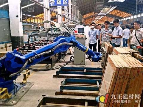 """地板业加速自动化生产 家居生产""""机器换人""""进行时"""