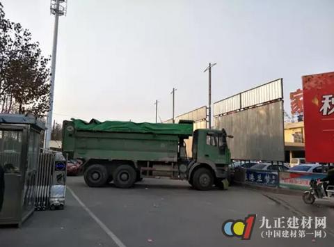 郑州一家具市场的门却被堵了,有生意做不成