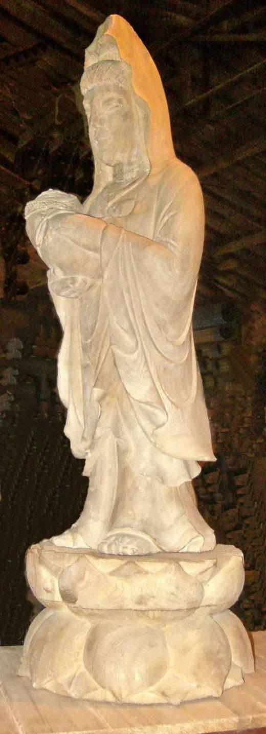 工艺精湛,雕工精细,可据客户要求或图纸制作各种佛像,木雕工艺品,涂金