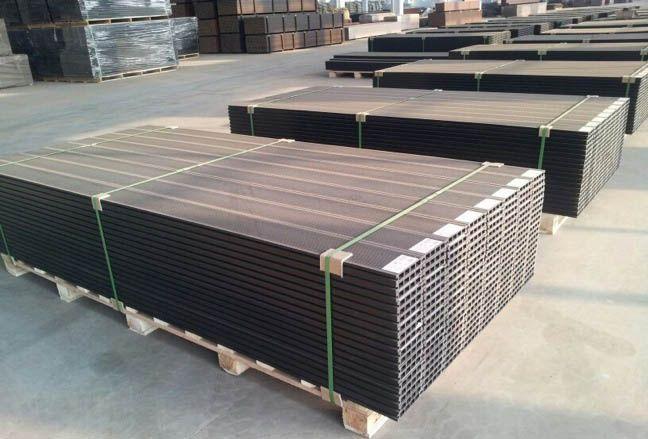 实心塑木地板龙骨跨距要求≤ 400mm;但地板厚度低于 25mm时龙骨跨距
