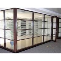 玻璃隔断既有分割空间的作用,也有装饰居室的效果