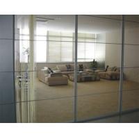 玻璃隔断的最大好处是似隔非隔,隔而不断