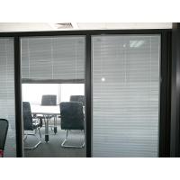 玻璃隔断结实耐用,采用高强度可以用于结构支撑的钢化玻璃