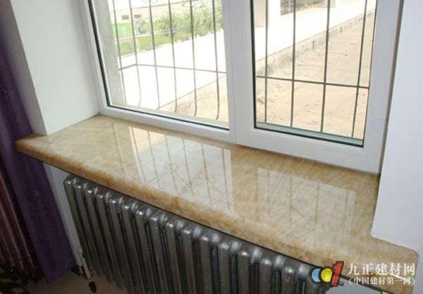 3、人造石:人造石硬度高,耐磨耐划耐高温,绿色环保,无毒无味无辐射,而且花色较多,档次高,能长时间保持良好的光洁度。 4、复合亚克力窗台板:亚克力的大优点就是可以做任意造型,他的无缝拼接技术是其他任何材料都无法取代的。同时亚克力导热慢,遇到房间有大飘窗的时候,冬天坐在阳光下的飘窗里,温暖又惬意,真的是一种享受。