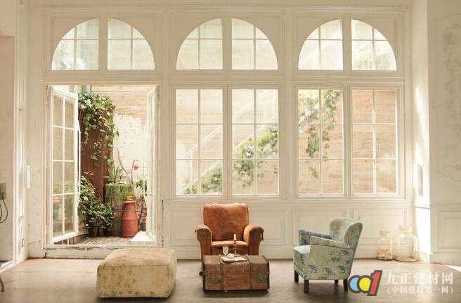 欧式窗装修设计注意事项 1、防晒、遮阳性能 安装窗户还有一个很重要的注意点就是蔽阳防晒的效果,要解决这个问题,最有效的手段是在窗外安装卷帘。因为卷帘窗可以将绝大部分的阳光反射,另外,卷帘窗还可以任意调整进入室内的光线,而且它的使用基本不占用空间。 2、保温性能(可大大节省制冷、制热能量) 它是自然让人光主要的通道,那么在白天,我们室内就可以不必开灯,可省去不少电能。