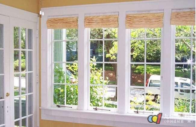 玻璃窗清洗 1、报纸 一遍湿抹布,一遍干报纸。适用于玻璃窗不太脏,而且玻璃面积比较小的情况。可以用喷水壶向玻璃喷一些水,然后用报纸上下来回搓。 2、丝袜 这可不是普通抹布,用丝袜擦玻璃不会由于静电吸附留下布料的纤维,可使玻璃更加干净明亮。 3、玻璃刷 拎一小桶清水将刷子浸湿后,直接擦洗玻璃。如果玻璃脏得太厉害,可以在水中放些洗涤剂。特别适合冬天使用。 4、白酒 先用湿布擦一下玻璃,然后再用干净的湿布沾一点白酒,稍用力在玻璃上擦一遍。擦过后,玻璃即干净又明亮。 5、去污粉 先把玻璃用湿抹布大致擦一遍。等干