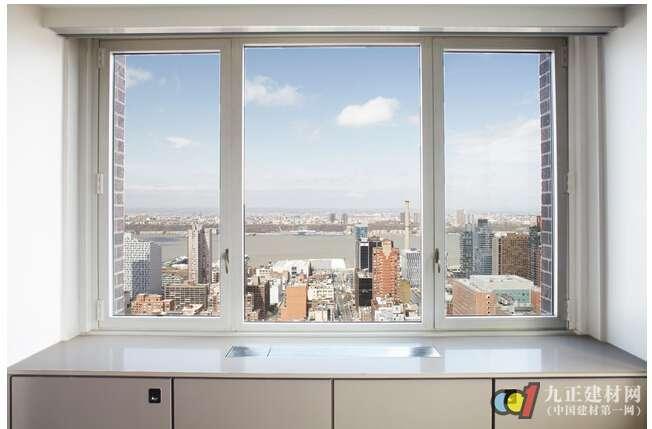 3.倒窗:平开内倒窗就是通过旋转窗子的把手,带动窗子内部的连动五金机构,而使窗处于锁紧(把手垂直向下)平开(把手水平)内倒(把手垂直向上)的不同位置的窗。升级的方式是在原有的窗户扇的基础上加一套德国产的内倒五金件,不用破坏原有窗体,升级方便快捷.这种窗是近几年刚从欧洲传入我国的,属于比较高档的窗子类型。 4.