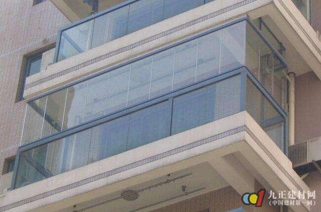 无框阳台窗好不好? 1、单开窗 【原理】一块玻璃一块玻璃的推到阳台的一侧,在旋转开启。 【优点】全畅开启,100%释放阳台空间;站在室内就能很轻易的清洁玻璃的两侧;单块玻璃可转角90度。 【缺点】每块玻璃需要通过指定的工艺口才能打开;且开启中间窗扇前,须开启它的前一块。