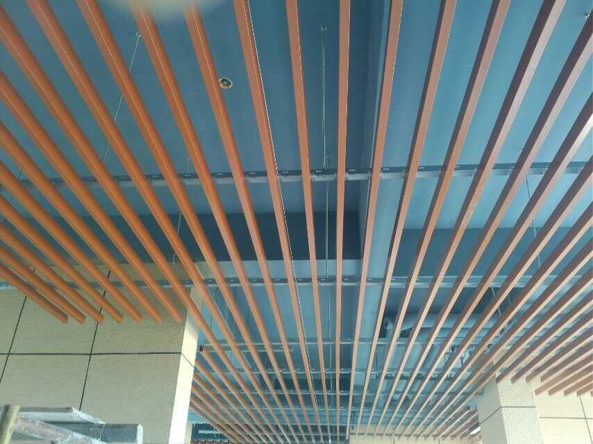 u型白色烤漆铝条格栅 木纹铝方通格栅吊顶材料