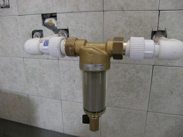 管道的锈蚀、泥沙等杂质不但会导致褐色水和用水设备控制件的失灵,如龙头滴水,热交换器管道堵塞、破裂,而且还会在管道上沉淀下来,一方面为细菌的滋生提供了温床,另一方面会形成电化物质,它们可以在短短的几个月内造成金属管道的腐蚀或穿孔。前置过滤器既适宜家庭安装使用,也适用于独立装置在下列设备或系统的上游,起到积极的保护作用在软水机/净水机/纯水机的前面安装前置过滤能有效延长净水设备的使用寿命,前置过滤无需更换滤芯,清洗方便,同时可避免管路锈蚀,对家庭用水设备起到积极的保护作用。例如:净水机、洗碗机、咖啡机、热水器