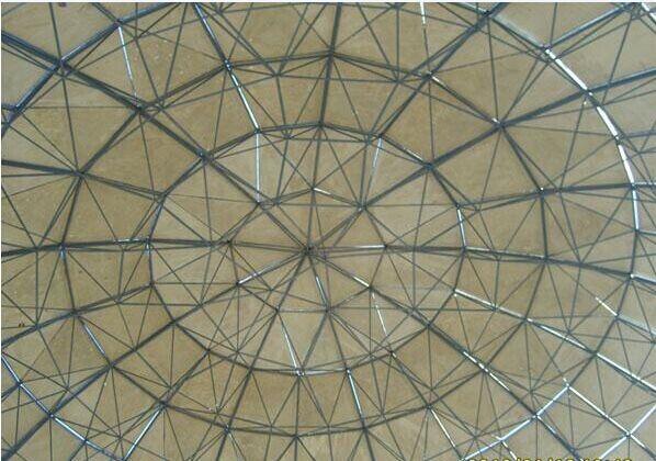 汇恒钢骨架轻型板主要由轻钢骨架、冷拔低碳钢丝网,轻质复合芯材及复合抗渗涂层组成,采用独特工艺浇筑成型的建筑轻型复合板材,已通过国家建设部技术评估并获得国家专利。 汇恒钢骨架轻型板包括屋面板、楼板、外墙板等系列产品,实现了板材轻质化,并集承重、保温、隔热、抗渗、防火、隔音、泄爆等功能为一体,可用于各类工业厂房、大型仓储、超市、体育场馆、房屋加(夹)层及其他工业与民用建筑;可以与混凝土结构、钢结构、网架结构等配套使用。