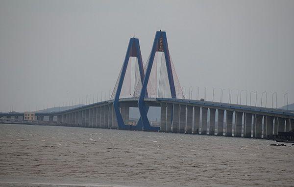 其中主桥采用钻石型独塔双索面斜拉桥