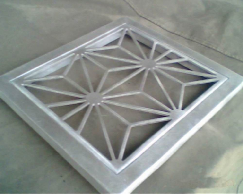 规格:500%1500mm 厚度:0.8mm 板面:1.0mm微孔 板式:勾搭式结构 涂层工艺:静电粉末喷涂 包装:板面贴白膜,木箱包装 安装: 1、将四边所需的边角线分别按墙面实际尺寸切好。 2、将墙面所需的边角线贴在水平线的下方,边角线上边对准水平直线,并在边条线的孔内划记号,孔距为10~15。 3、用电锤打?