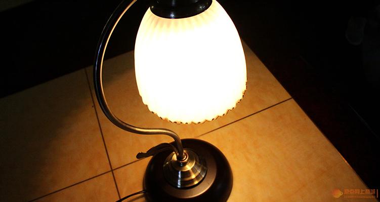西安灯饰商场胜球灯饰带普通光源灯罩白色/黄色触摸式开关台灯