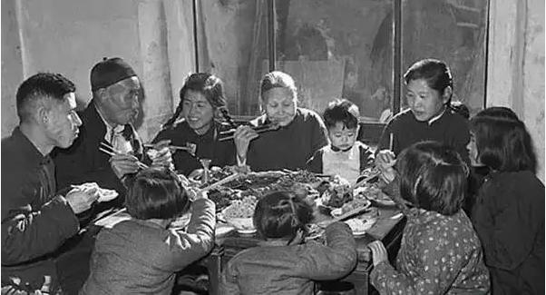 天津一家人吃团圆饭