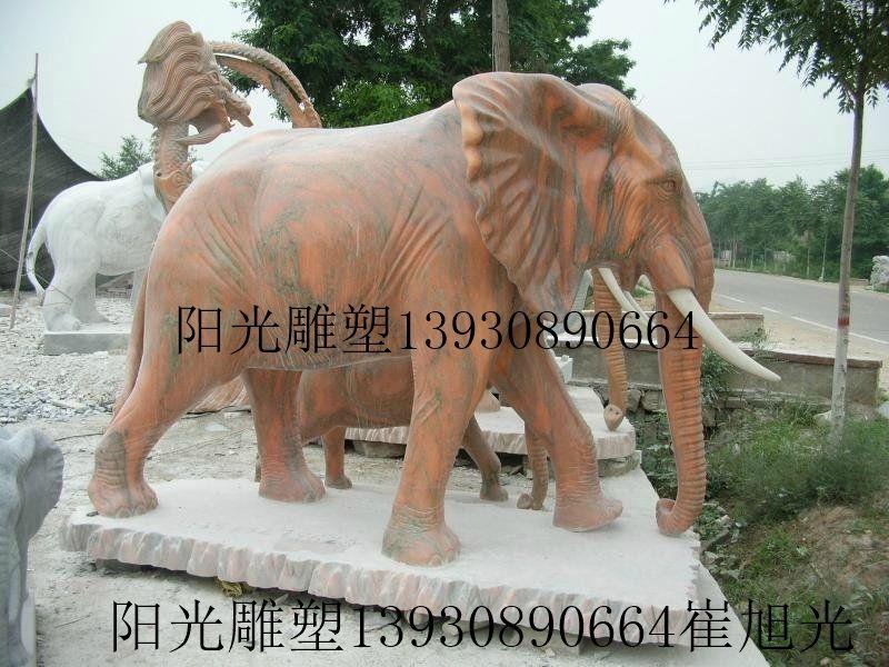 石雕大象是智慧,力量,团结的象征,它们属群居动物,社会团体结构以母象