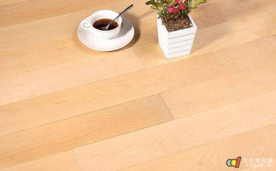 竹地板的缺点 1、易变形 受日晒和湿度的影响会出现分层现象。竹地板虽然经干燥处理,减少了尺寸的变化,但因其竹材是自然型材,所以它还会随气候的干湿度变化而发生变形。因此,在北方地区使用,在干燥季节,特别是开暖气时,室内需要通过人工手段来调节湿度,如采用加湿器或暖气上放盆水等;南方地区黄梅季节,要开窗通风,保持室内干燥。否则,可能出现变形。竹木地板应尽量避免阳光曝晒和雨水淋湿,若遇水应及时擦干。 怕划伤。 2、易长虫 正常情况下竹地板使用寿命能达到20年,但在南方地区使用竹地板容易长蠹虫,影响了地板的使用寿