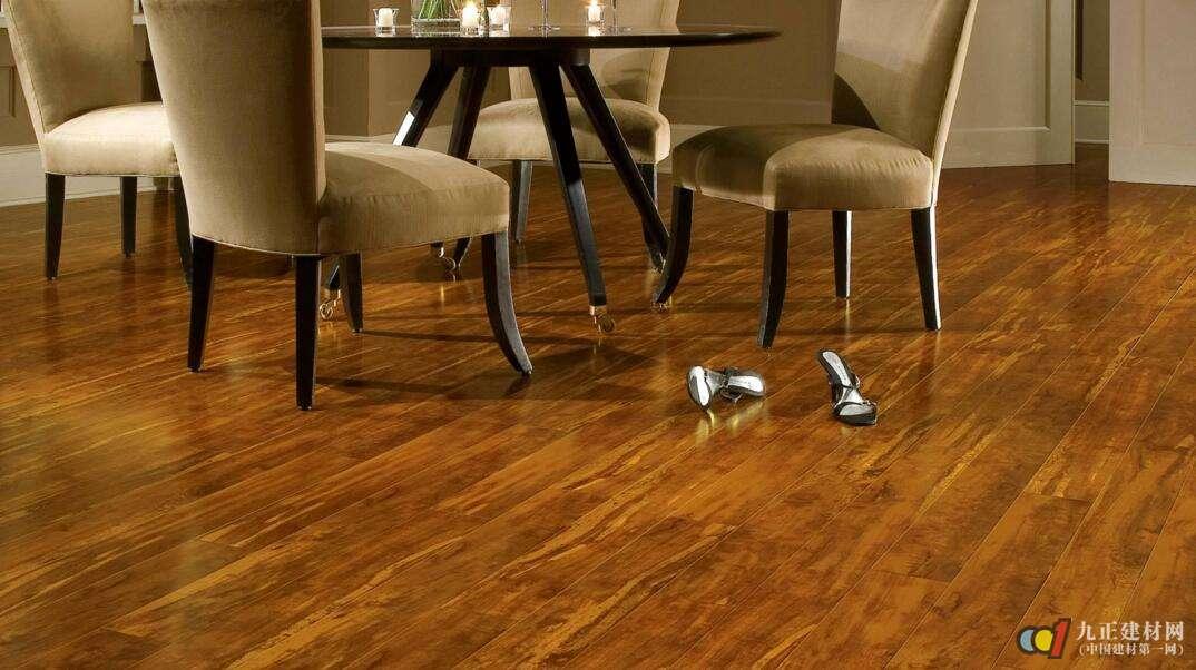 """进口木地板品牌三:爱格木地板 作为爱格木业集团旗下重要的产品——德国爱格地板,成立于1996年,其在中国销售的爱格地板均来自于德国魏茨玛和德国布里隆工厂。两家工厂年度总生产量高达8千万平方米。""""德国品质铸造,绿色环保生活""""是德国爱格地板一直以来对消费者的承诺。爱格地板其取材均来自阿尔卑斯山脉针叶林新鲜木材。阿尔卑斯山脉的气候非常适宜针叶林树木的生长,针叶木材木质坚硬,木材纤维性能优异,木材砍伐后以原木状态贮存时间不超过30天即投入生产制造。此外,爱格地板全"""