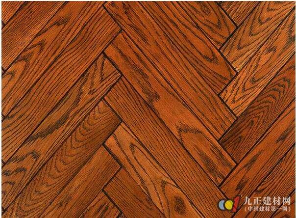 仿木地板瓷砖怎么样? 仿木地板瓷砖具有人们钟爱的木地板的外观特征,但相较于普通木地板来说,仿木地板瓷砖又安全耐用的多,比如它有普通木地板所没有的耐水、耐火、耐虫蛀、耐磨、易打理、不含甲醛等特点。并且产品内质密实,不易变形,组合花式多样,导热性能良好,胜过天然木材。 还有我们都知道,木地板在使用维护上具有较大的局限性,比如家居中的厨房、卫生间、阳台等空间场所就不能使用木地板,因为这些地方是家庭用水集中地,木地板不防水。而仿木地板瓷砖就不一样了,它只是外观视觉上继承了木地板的天然之感,在内部本质上又和瓷砖无