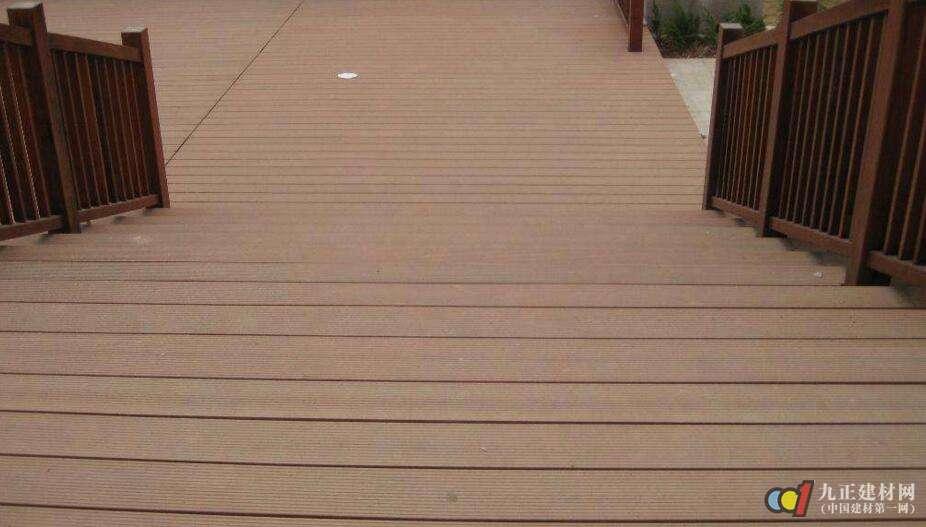 1,活动铺设法: (1)用不锈钢十字螺丝在防腐木的正面与龙骨连接; (2)
