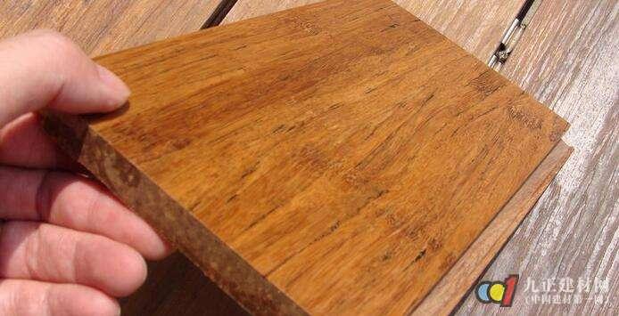 1、锁扣地板的优点不少,种类也很多。与普通的平口强化木地板相比,锁扣地板对基材的要求更严格,锁扣地板的锁力主要是取决于企口与舌榫的连接,在一般情况下锁扣地板需要承受的拉力比较大,所以锁扣地板的基材密度和相对湿度一定要保持稳定。 2、锁扣地板可以免胶铺装,普通平扣木地板在铺装过程中需用胶粘剂连接,但胶粘剂含有甲醛等化学成分,用多了易造成室内污染,用少了又怕连接不牢固,而锁扣地板由于锁力的作用,即使免胶,地板的接缝也很紧密,不会因为四季温度的变化出现开裂、隆起等问题。 3、锁扣地板安装简便,接缝处也更紧密,整