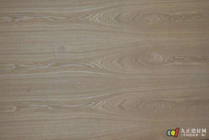 区别在于:橡木的木纹间的光滑处往往会呈现出一点一点的小纹理,水曲柳