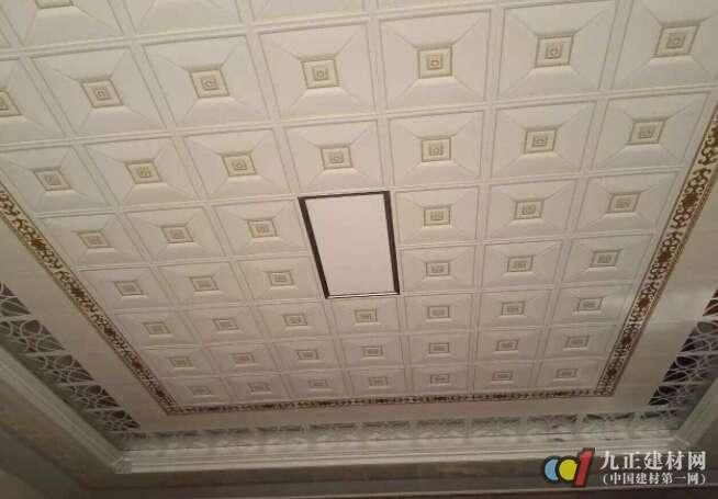 1、吊顶不平: 主龙骨安装时吊杆调平不认真,造成各吊杆点的标高不一致;施工时应认真操作,检查各吊点的紧挂程度,并拉通线检查标高与平整度是否符合设计要求和规范标准的规定。 2、轻钢骨架局部节点构造不合理: 吊顶轻钢骨架在留洞、灯具口、通风口等处,应按图纸上的相应节点构造设置龙骨及连接件,使构造符合图纸上的要求,保证吊挂的刚度。 3、轻钢骨架吊固不牢: 顶棚的轻钢骨架应吊在主体结构上,并应拧紧吊杆螺母,以控制固定设计标高;顶棚内的管线、设备件不得吊固在轻钢骨架上。 4、罩面板分块间隙缝不直: 罩面板规格有偏差