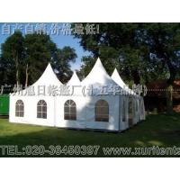 白色尖顶帐篷