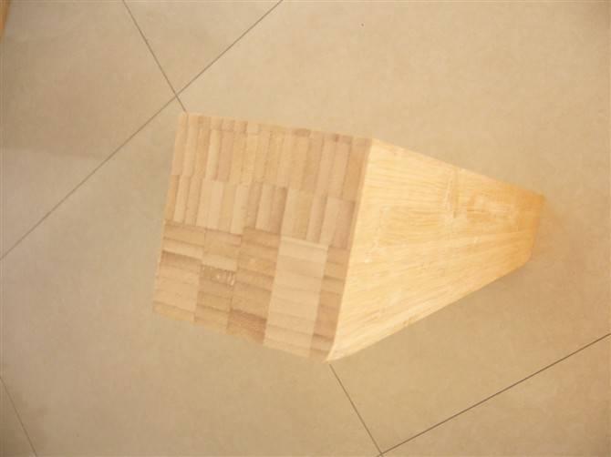 。使竹片的含水率达到要求。然后再进行选片、配色、涂胶、组坯;竹片条经涂胶组坯后送入热压机胶合成为板坯,板坯需经达96小时的恒温定性处理,充分消除内应力后才可进行竹产品的后续加工。技术指标为:含水率6%-8%,气干密度:0.76g/cm3;静曲强度:厚度15mm时,98MPa;厚度>15mm时,90MPa;胶合强度:9MPa。 3.