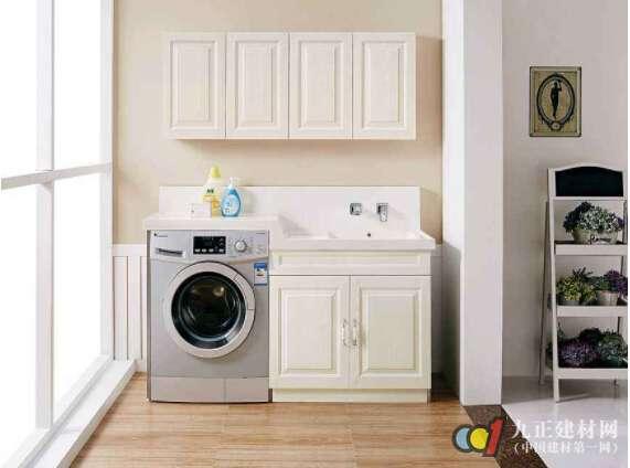 阳台洗衣柜一般尺寸是多少: 对于阳台洗衣柜来说,现在是没有规定的尺寸的,常用的标准就是根据使用者自身的条件选择好较为合适的高度,比如要看使用者的身高,一般阳台洗衣柜中的洗衣机高90公分,而水池外要低上个5公分左右,也可以根据自身的需求通过定制来选择适合自己的阳台洗衣柜尺寸,一般的尺寸是1.