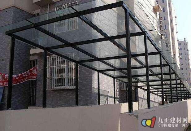 不锈钢玻璃雨棚,是以钢结构框架为主要结构,选用优质Q235材质的系列钢管,包括钢柱、钢主梁次梁等。钢结构是通过冷弯成型的弯圆设备弯制的。钢注与基础面的的衔接采用预埋件或螺杆锚固技术。玻璃一般采用两层夹胶工艺,确保破了一层还有一层,伤不到人。 不锈钢玻璃雨棚—不锈钢玻璃雨棚的特点 1、不锈钢玻璃雨棚产品可部分拆装、多次重复使用,隔间系统材料有些不会给环境带来废物,是一种绿色环保建材,使用寿命长从长远来看,隔得佳厂家安装高隔间系统材料比安装其它形式隔断材料更廉价、更为合算。 2、不锈钢玻璃雨棚使