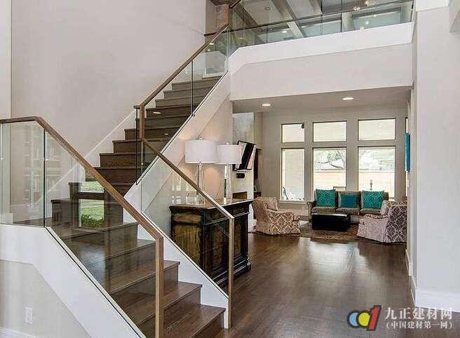 复式楼梯如何装修 >   1,楼梯护栏的的安全性 在复式楼中,楼梯作为图片