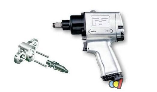 在操作前注意换向开关的位置,以便在操作进气阀时了解旋转方向 请务必保证进入扳手风动马达的压缩空气:最大气压为6.0bar的洁净干燥空气。否则,可能/不可避免导致传动系统故障、超速、破裂、输出扭矩错误等危险情形。 确保所有的软管及其它连接装置尺寸正确、安装牢固;切勿使用已损坏的、磨损或老化的空气软管及其它连接装置;建议在供气线路上安装一个紧急关闭阀门,并要让他人了解它的安装位置。 在操作机器前,务必检查油杯里是否有足够的润滑油,在缺少或没有润滑的情况下,会加快风动马达叶片磨损速度,导致工具性能降低、维护工作