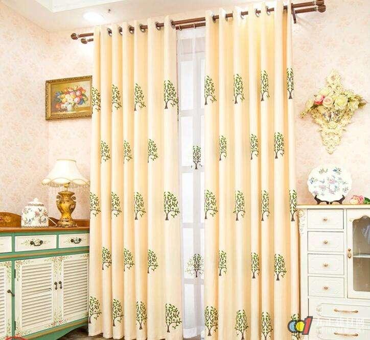 """客厅窗帘颜色风水禁忌 窗帘的颜色跟墙面的颜色还有家具的颜色尽量避免撞色或者是相似的颜色哦。譬如墙是暖色的,而窗帘也采用暖色,这样虽然看似和谐,其实在如这样配色的话人待久了,在心理上难免会感到""""晕眩"""";又例如冷色调的墙面,也用冷色的窗帘,虽色彩统一,但给人的感觉偏冷。 在较大的房间,最好使用布窗帘;厚重的布帘有助于睡眠和阻挡外界的对室内人的影响;倘若背向窗而坐或头向窗而睡,都要会令人神经紧张,难以松弛,所以倘若窗户上悬挂厚实的布帘,可阻挡和减少很多不好的影响。  客厅窗帘风水禁忌 1"""