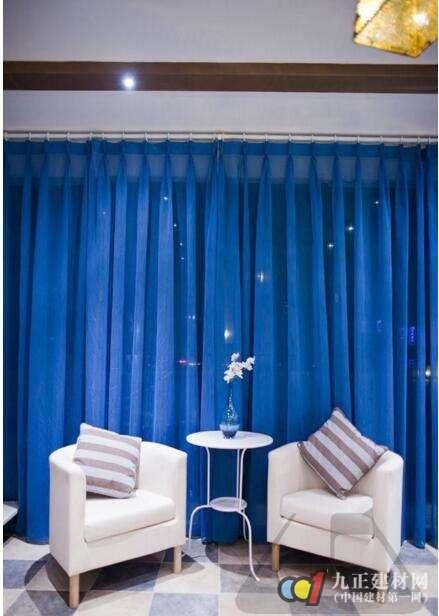 客厅蓝色窗帘装修效果图