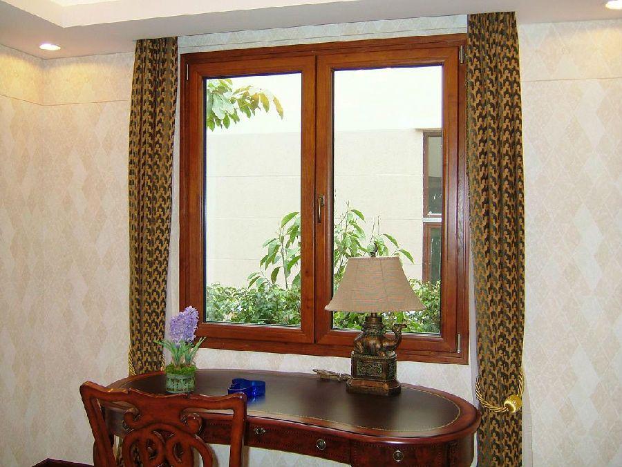铝木复合门窗符合现代居设计温馨和谐的质感要求,具有外则色彩绚丽、内饰天然华贵、沉稳内敛的多重优点。具有轻灵秀丽的外观和优良的抗风压、水密、气密性和防热、隔音、环保性能。 德奥斯复合木铝门窗框体主材料内表采用天然优质美国红橡木集成材,外附隔热断桥铝型材,选用优质德国诺托名牌五金传动装置,配用高性能壁厚5+16A+5按照国家标准精致而成的节能环保型产品。 德奥斯产品性能: 性能优:复合木铝门窗采用多道胶条密封设计屋外侧采用等压排水装置,再加上高档实木、断桥铝双道隔热,相对于铝塑(AV、AVA)复合、断桥铝合