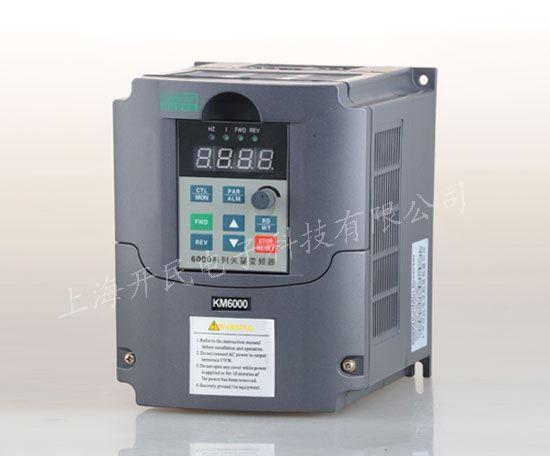变频器名称:三相1.5KW通用变频器 变频器品牌:上海开民 电压等级: 三相380V 变频器型号:KM6000-G0015T4 三相1.5KW通用变频器性能特点: 一,三相1.5KW通用变频器能够自动节能运行,最大限度增加节电率 。 二,三相1.5KW通用变频器具有自动稳压功能,最大限度保持电压稳定。 三,三相1.