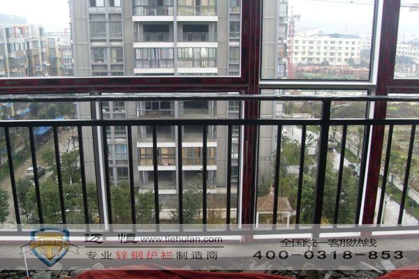 护栏多年,根据我们的经验安全阳台防护栏杆的标准应该保证一下规格: 1、所用原材料钢管壁厚一般在0.8-2.0mm之间。 2、阳台防护栏杆的高度一般在800-1200mm之间。 3、常规的颜色为:白色、蓝色、黑色、绿色、灰色、磨砂色等,也可以在一组中搭配不同的颜色进行制作。 4、一般面管规格为:40*60mm、40*80mm、30*60mm,立柱规格为:50*50mm,横栏规格为40*40mm,竖栏规格为:20*25mm,钢管的形状可分为正方形、长方形、圆形、椭圆形等。 安全阳台防护栏杆的特点: 1、采用锌