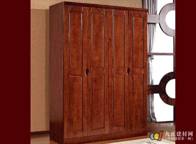 一、木衣柜发霉的原因: 房间潮气较重,木板受潮后发霉;木板本身质量问题,装修后发霉;油漆质量和技术问题,也会发霉。 二、防止木衣柜发霉的措施: 1、将衣柜打开,把所有衣物清理出来,将衣柜上的霉清理干净(用干刷,不要蘸水擦,或用卫生纸仔细擦拭)。 2、保持衣柜的通风,趁此时将衣物进行整理,发过霉的衣服一定要再洗一次,然后把所有衣物彻底凉干,干后最好在阳光下晒2小时,如果天气较潮可用电吹风机吹干(不要用高温档,温度不要超过50度,距离衣物0.