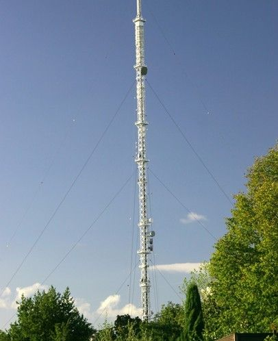 拉线塔又名桅杆塔,主要由一根矗立的细长杆身和沿